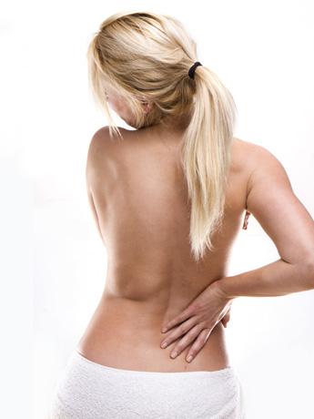 La hernia de la columna vertebral de la causa y los modos del tratamiento